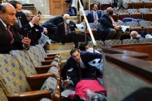 Γερουσιαστές κρύβονται στα έδρανα